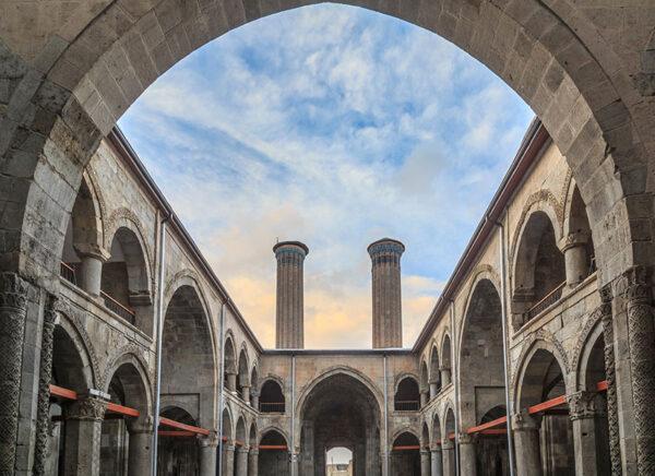1-erzurumda-gezilecek-yerler-cifte-minareli-medrese